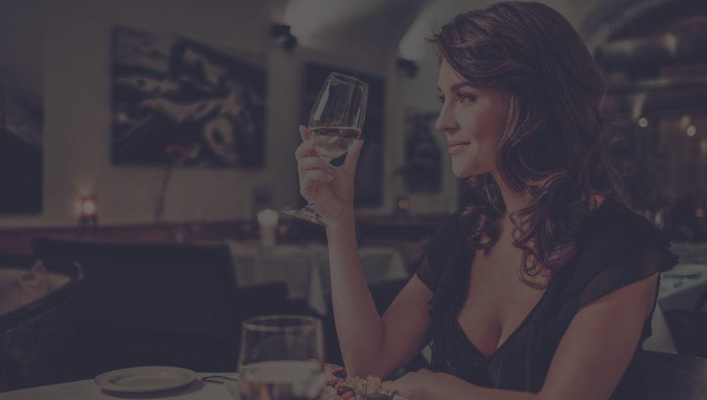 Πρόσκληση σε γεύμα σε ένα κόκκινο κρασί